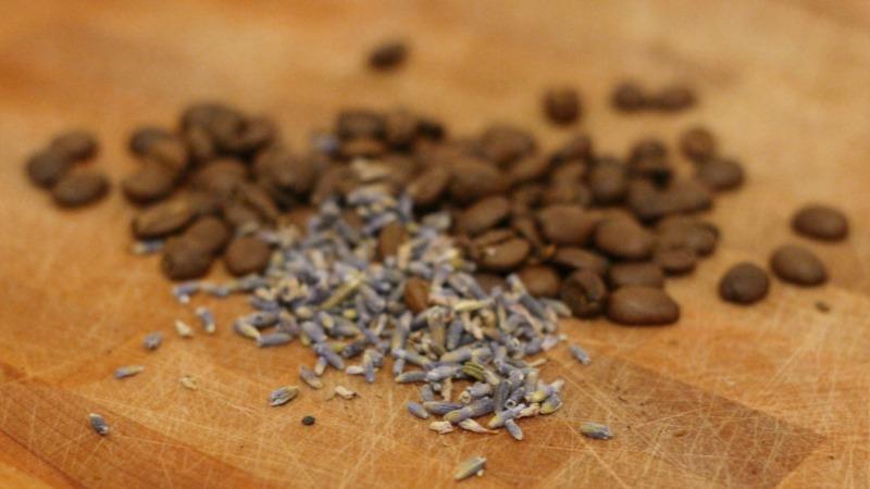 コーヒー豆とスパイス・ハーブを一緒に挽いて、フレーバーコーヒーを楽しむという発想