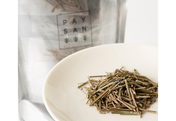 ペザン農園が提供する「ラベンダー棒茶」。ハーブの茎を焙じる発想の今後に注目です。